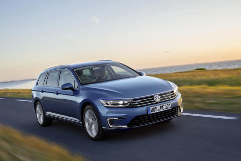 Varannan Volkswagen Passat var en laddhybrid i augusti