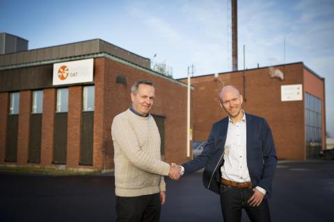 Peo Crona från Swedish Oat Fiber och Jonas Sörensson från Pemco Energi utanför fabriken i Bua
