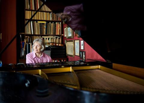Liv Glaser sitter ved klaveret