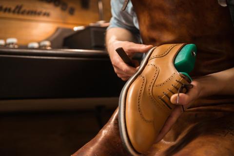 Få lavet håndsyede sko hos Møller Specialsko