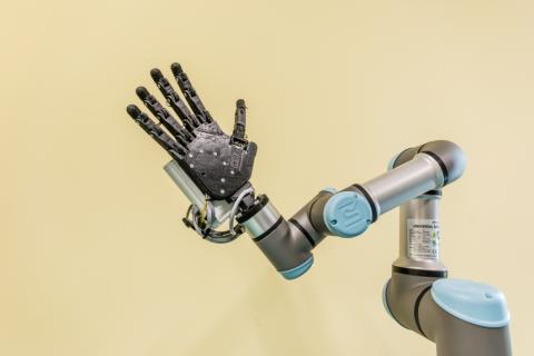 Robot UR3 wspiera naukowców w tworzeniu prototypu dłoni robotycznej