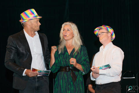 Konferenciererna Tobias Karlsson och Niklas Hjelmvik med prisutdelaren Anette Helenius