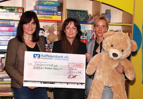 Die aam it GmbH übergibt einen Tausend-Euro-Scheck an den Kinderhospiz Bärenherz Leipzig e.V.