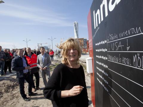 Åsa Ekman, köpare i Brf Barcelona, var en av de första att skriva på Drömplanket. Foto: Joachim Wall.