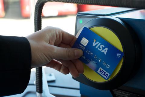 Jeden milion jízd denně bezkontaktní Visa kartou