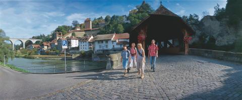 Wanderer auf dem Jakobsweg in der Stadt Fribourg