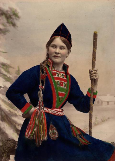 Kvinna i samisk dräkt, sent 1800-tal. Foto: Helén Edlund, Nordiska museet.