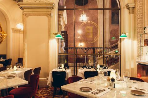 Brasseriets matsal mot trappan till Operan