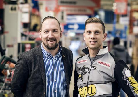 Johan Saxne, marknadschef BAUHAUS Sverige, och speedwayföraren Andreas Jonsson