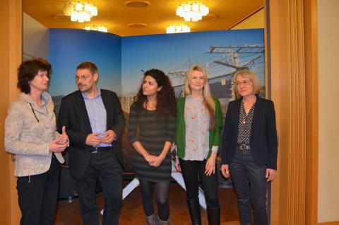 v.l.: Dr. Eva-Maria Stange, Tobias Hollitzer, Huda Alqaisi, Lilith Müller und Sonja Brogiato stellten das neue arabischsprachige Angebot vor