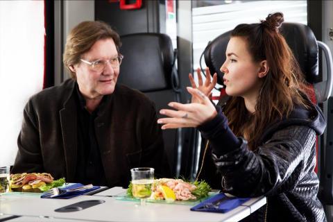 Johan Rabaeus och Miriam Bryant på reklamfilmsinspelning ombord på MTR Express