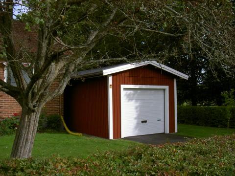 Rött enkelgarage från Lövångers Bygg