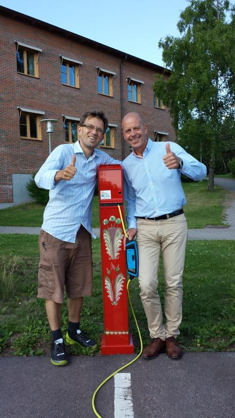 Gröna Bilisters Mattias Goldmann, Falu Energi & Vattens vd Bengt Gustafsson och en kurbitsmålad laddstolpe