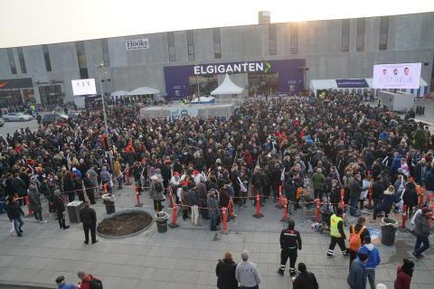Tusindvis i kø for at score billig elektronik