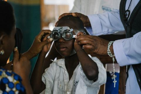 Eyescreening Aman Johnson, 7 year in Singida Tanzania photographer Nahwand Jagg at Sightsavers