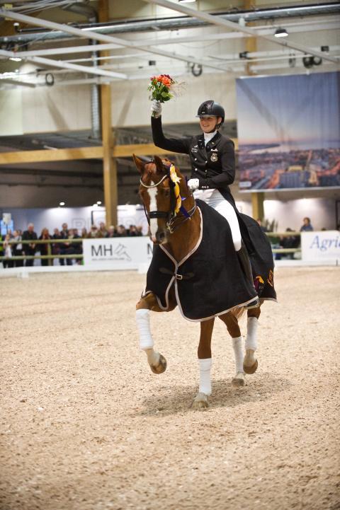 Marina Mattsson och Quartermain under sin segerrit.