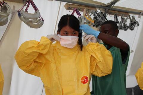 Läkare Utan Gränsers internationella ordförande Joanne Liu på besökt i ebolacentret i Kailahun, Sierra Leone. FOTO: P.K. Lee / Läkare Utan Gränser.