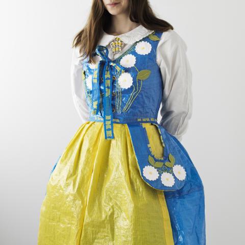Folkedragt af IKEA poser designet af Heidi Mattson