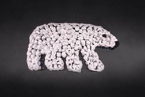Jääkarhua esittävä ihmisistä koottu siluettitaideteos