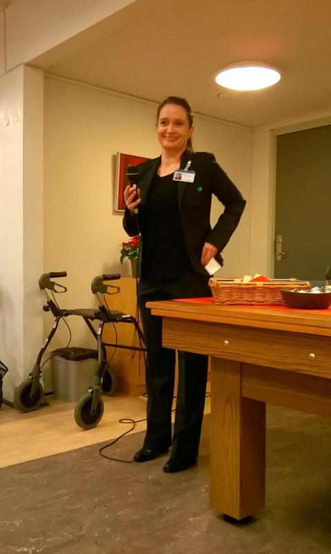 Centerchef på Lokalcenter Bøgeskovhus holder tale til julefesten