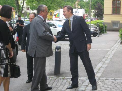 Per Bengtsson hälsar Tjeckiens utrikesminister välkommen.