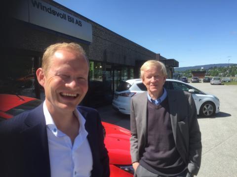 Solberg bil i Skien overtar Windsvoll Bil på Notodden. Til venstre daglig leder i Solberg Bil Ole Solberg. Bak konsernsjef Pål Solgerg.