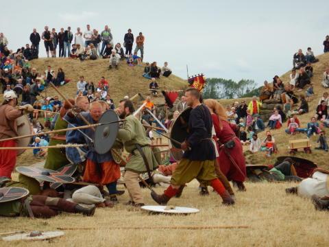 Vikinger slås på Trelleborg Vikingefestival i 2016