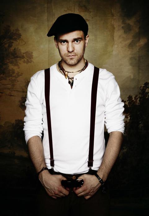Stiko Per Larsson vandrar in på Warner Music Sweden – Nytt album planeras för våren 2011.