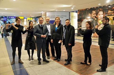 """Hermann Winkler, Werner Schneider, Skadi Jennicke und Thomas Oehme bei der Eröffnung der Ausstellung """"Europäische Notenspuren"""" (v.l.)"""