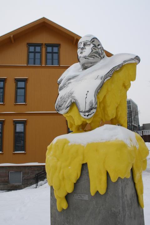"""Kunstneren Erik Pirolt har bidratt med verket """"Den indre tyggis"""" - som er plassert i skolegården."""