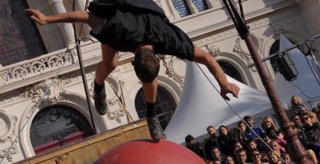 Fransk extremcirkus tar höga risker i burleskt trampolinsolo