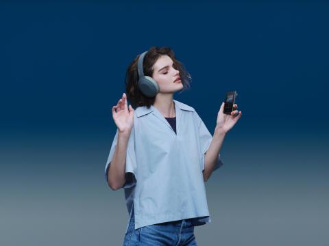 Яркие накладные наушники WH-H910N линейки h.ear и плееры Walkman® NW-A105