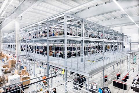 Lageret med tre niveauer til hængende tekstiler hos Stockmann er designet til oplagring af mere end 350.000 beklædningsgenstande.