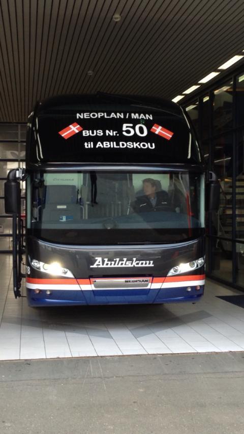 Jubilæumsbus nummer 50 til Abildskou. Direktør Jess Abildskou er selv bag rettet