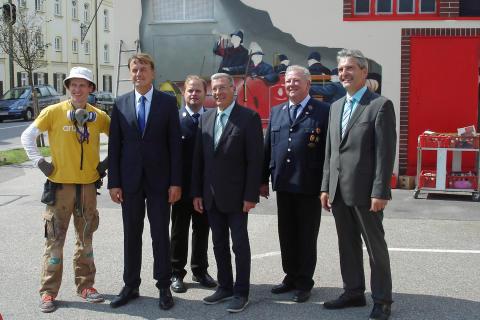 Kunst am Trafo: Historisches Löschfahrzeug am Feuerwehrhaus in Neuötting