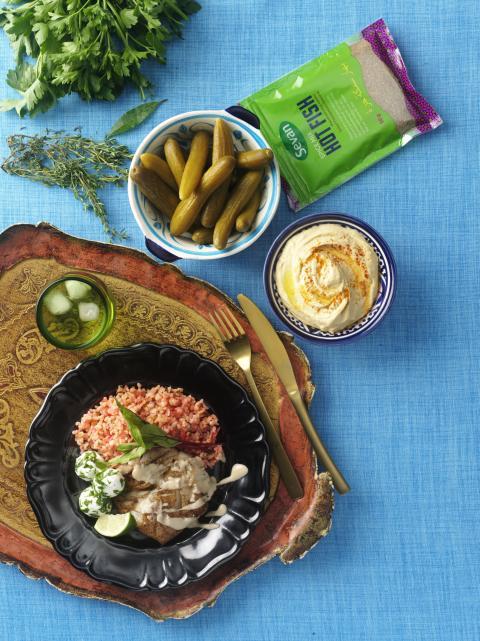 Stekt torskfilé serverad med myntabulgur och tahinasås
