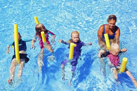Sommaren 2012: 2 000 barn lär sig simma på chartersemestern