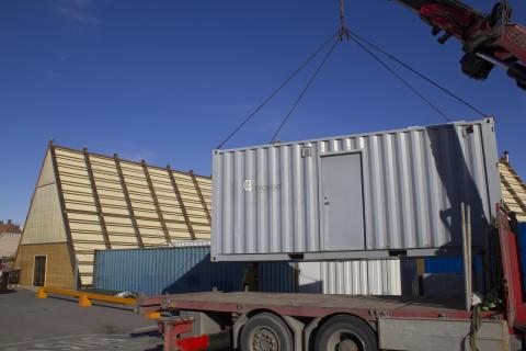 SALT; Containeranlegget fra Biovac løftes på plass bak saunaen