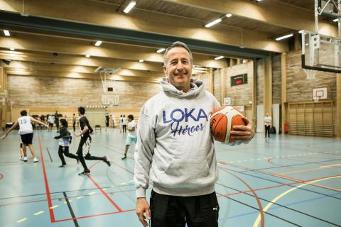 BASKET: Georgios får ensamkommande flyktingar att bli basketdomare