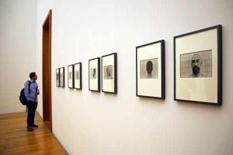 """Fotoserie """"Bei der Rasur"""" von Helfried Strauß in der Ausstellung """"Arno Rink. Ich male!"""" im Museum der bildenden Künste"""