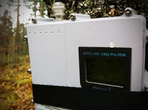 SATELLINE-EASy Pro monterad på en björk