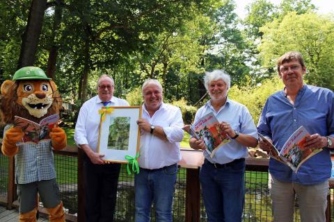 Tammi, Wolfgang Welter, Prof. Jörg Junhold, Thomas Liebscher und Bert Sander freuen sich auf das Jubiläumswochenende im Zoo Leipzig (v.l.)