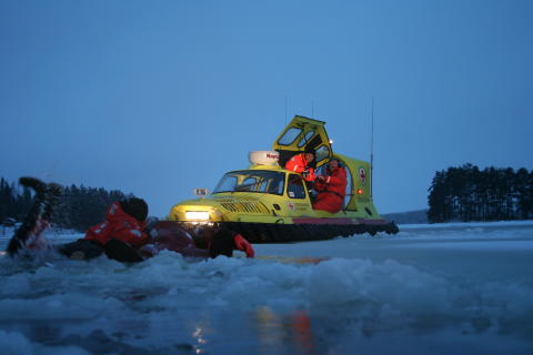 Sjöräddningssällskapet svävare räddar person ur isvak.