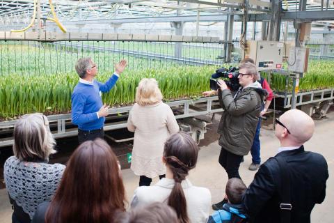 Klimatkompenserade tulpaner-Miljöminister Lena Ek på besök i växthusen hos Alverbäcks Blommor