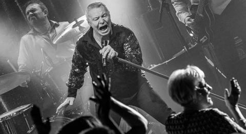 """Jerry Williams tar med sig succén """"Man måste få lira"""" på Sverigeturné våren 2017"""