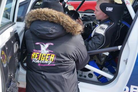 Mikael Gustafsson, Tech Pro, i samspråk med Daniel Röjsel i hans Ford Fiesta R2 1,0 EcoBoost.