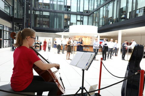 Cello-Konzert in der Mittagspause: Schülerin sammelt bei Santander für Afrika
