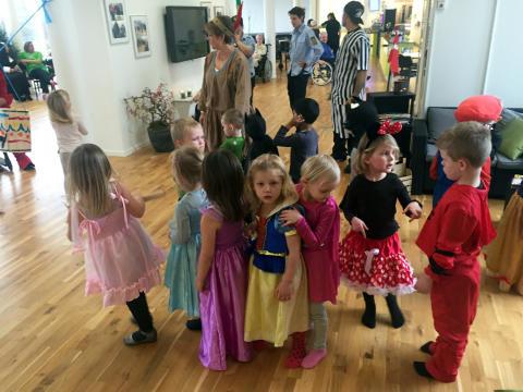 Børnene fra Lillebo Børnehave står i kø for at slå til tønden