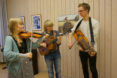 Alva Granström, Magdalena Eriksson och Petrus Dillner, folkmusikstudenter vid Kungl. Musikhögskolan (KMH)  repeterar inför folkmusikinstitutionens julkonsert 2015