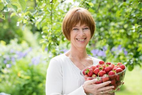 Kommunikasjonssjef Gerd Byermoen med norske jordbær